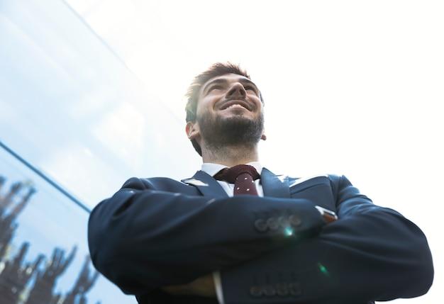Homme smiley faible angle avec bras croisés Photo gratuit