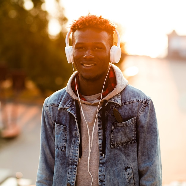 Homme smiley vue de face écoute de la musique Photo gratuit