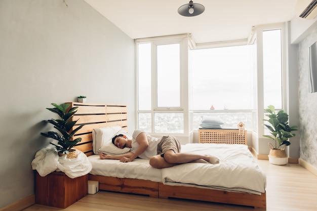 Homme Solitaire Et Déprimé Dans Sa Chambre Dans L'appartement. Photo Premium