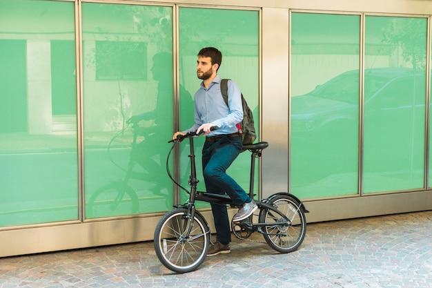 Homme Avec Son Sac à Dos, Debout Sur Le Vélo Photo gratuit