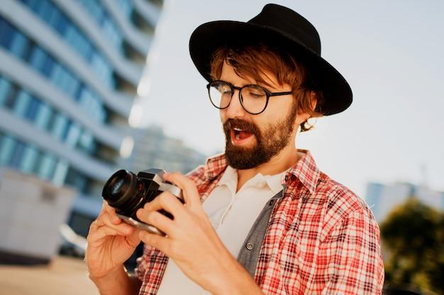 Homme Sorti Avec Barbe Avec Intéressant à L'aide D'un Appareil Photo Rétro, Faisant Des Photos Photo gratuit