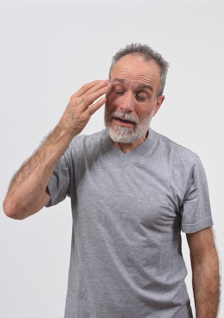 Homme souffrant de douleur oculaire sur fond blanc Photo Premium
