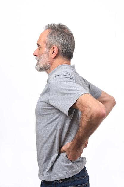 Homme souffrant de douleurs dans le dos sur fond blanc Photo Premium