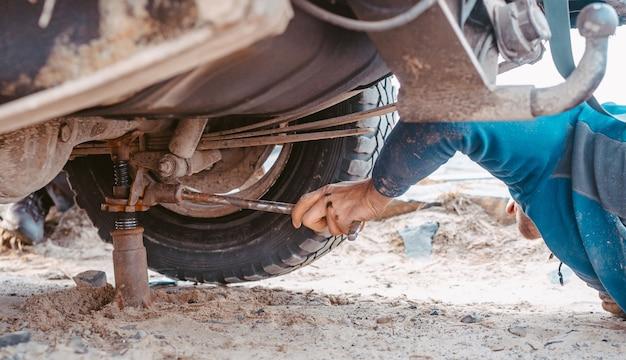 L'homme Soulève Sur Un Camion 4x4 Jack Hors Route | Photo Gratuite