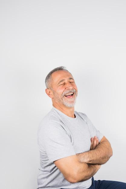 Homme souriant âgé aux yeux fermés Photo gratuit