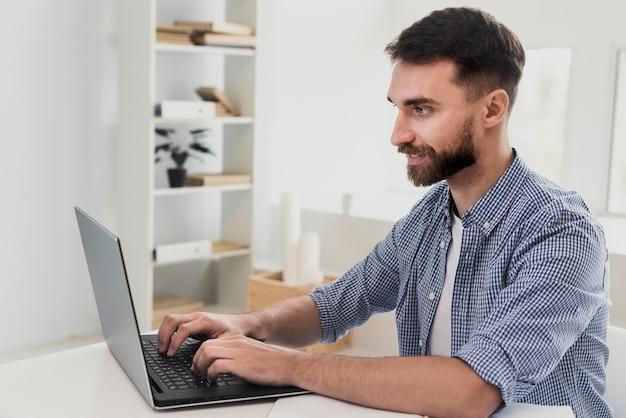 Homme souriant à angle élevé à la maquette du bureau Photo gratuit