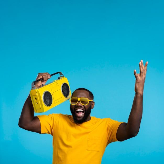 Homme Souriant De Copie-espace Avec Cassette Photo gratuit
