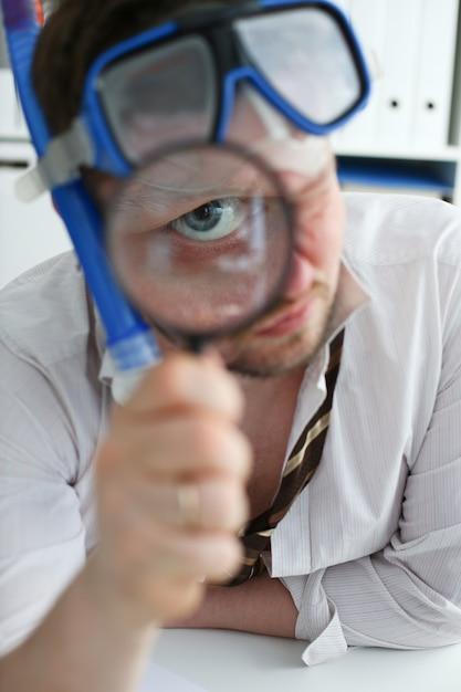 Homme Souriant Drôle Portant Costume Et Cravate Photo Premium