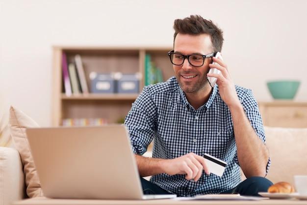 Homme Souriant, Passer Commande Par Téléphone Mobile Photo gratuit