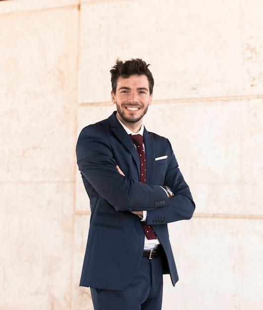 Homme souriant tir moyen posant à l'extérieur Photo gratuit