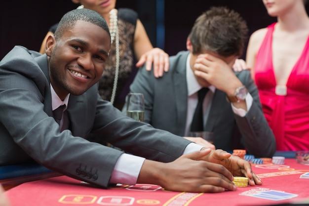 Homme souriant tout en réclamant le jackpot Photo Premium