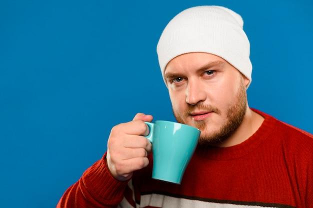 Homme souriant vue de face, levant une tasse de café Photo gratuit