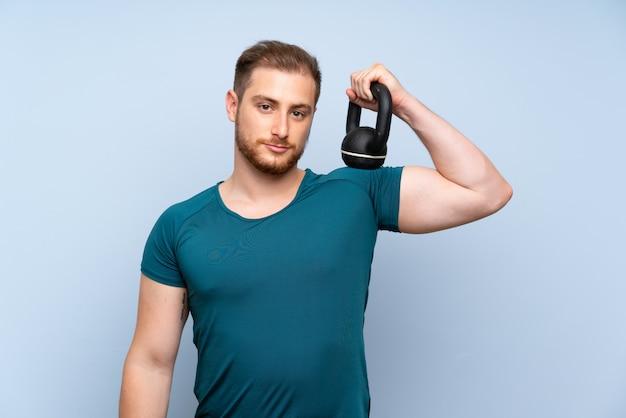 Homme de sport blonde avec kettlebell Photo Premium