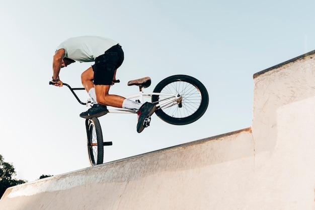 Homme sportif extrême saut à vélo Photo gratuit