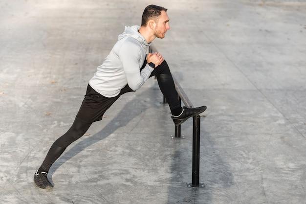 Homme sportif vus latéralement sur ses jambes Photo gratuit