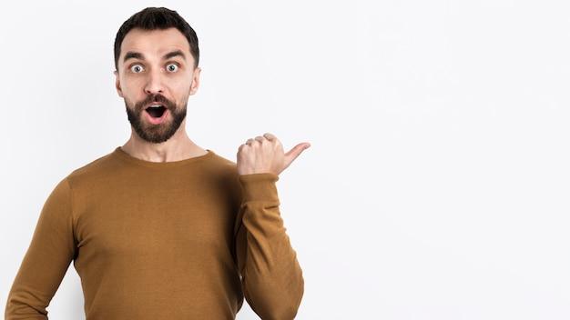 Homme Surpris Pointant Loin Photo Premium