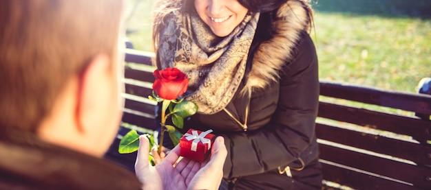 Homme surprises femme avec petit cadeau Photo Premium