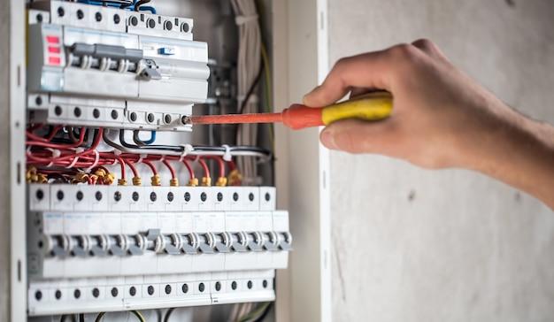 Homme, Technicien électricien Travaillant Dans Un Tableau Avec Fusibles. Installation Et Connexion D'équipements électriques. Photo gratuit