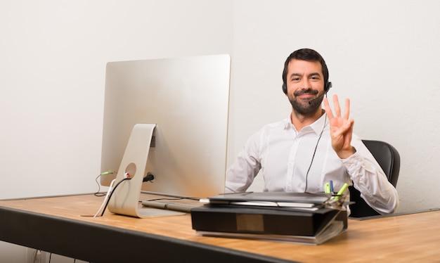 Homme De Télémarketer Dans Un Bureau Heureux Et Comptant Trois Avec Les Doigts Photo Premium
