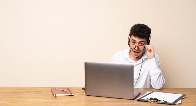 Homme de télémarketing avec des lunettes et surpris Photo Premium