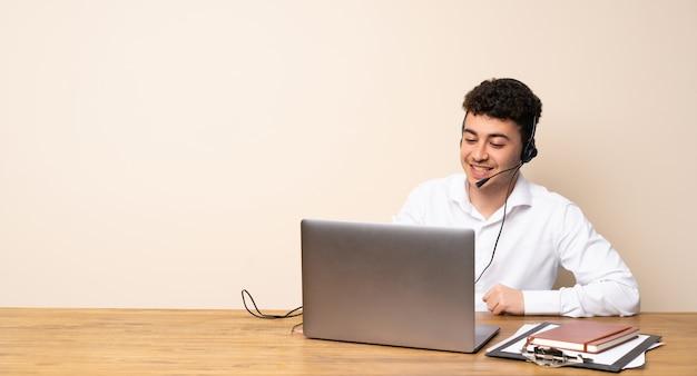 Homme de télémarketing posant avec les bras à la hanche et souriant Photo Premium