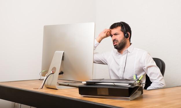 Homme de téléphone dans un bureau avec une expression fatiguée et malade Photo Premium