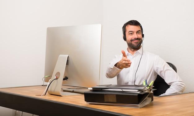Homme télévendeur dans une poignée de main de bureau après une bonne affaire Photo Premium