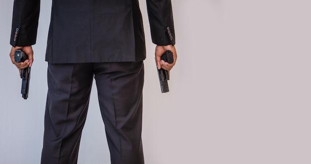 Homme tenant une arme à feu Photo Premium
