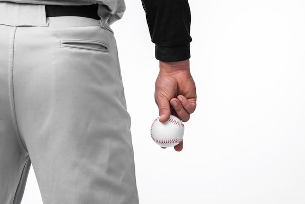 Homme Tenant Une Balle De Baseball Avec Vue Arrière Photo gratuit