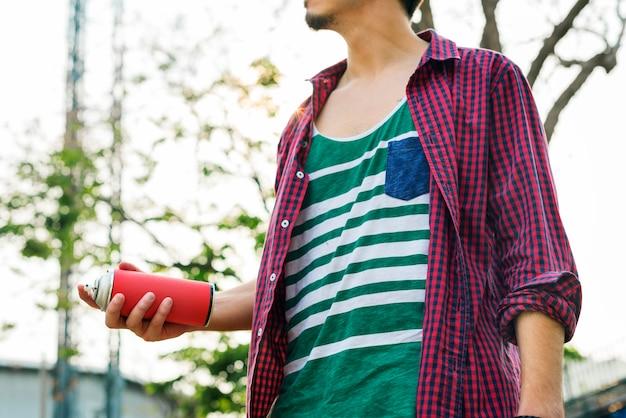 Homme tenant une bombe de peinture Photo gratuit