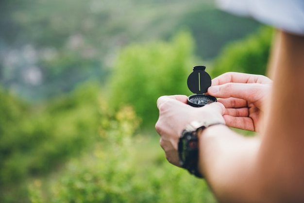 Homme tenant une boussole Photo Premium