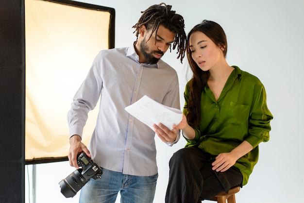Homme Tenant Une Caméra Professionnelle Photo gratuit