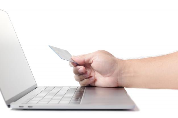 Homme tenant une carte de crédit sur ordinateur portable isolé e concept Photo Premium