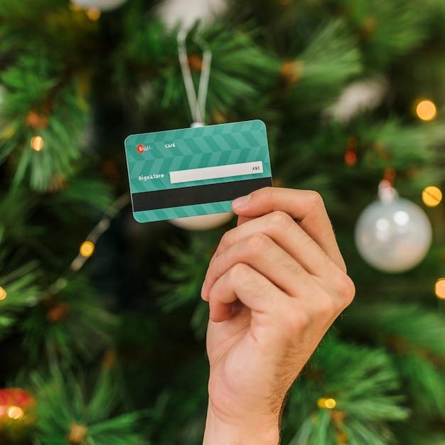 Homme tenant une carte de crédit en plastique à la main Photo gratuit