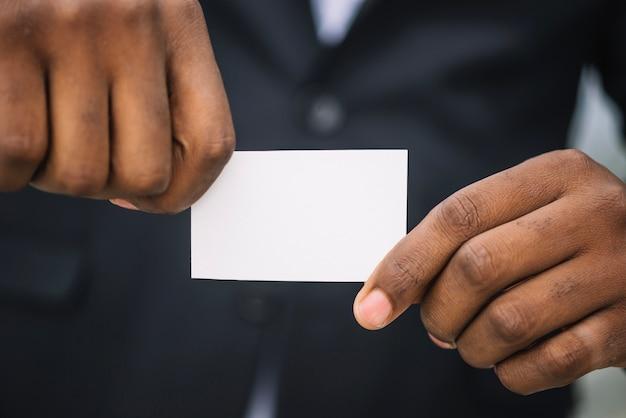 Homme Tenant Une Carte De Visite Dans Les Deux Mains