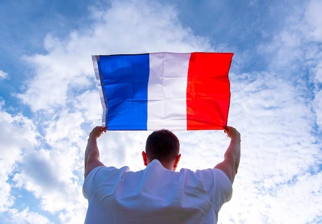 Homme Tenant Le Drapeau De La France, Photo De Concept Photo Premium