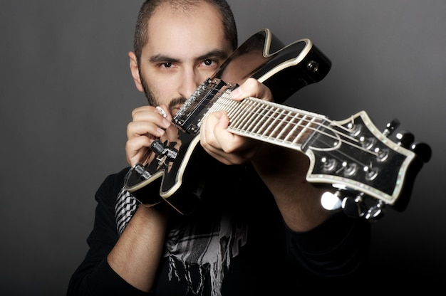 Homme tenant une guitare Photo Premium
