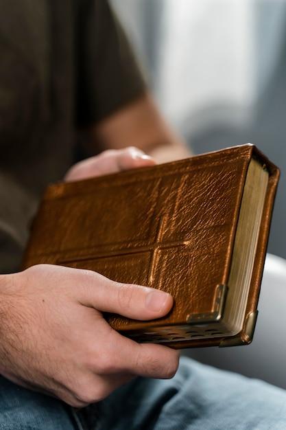 Homme Tenant Le Livre Sacré Photo gratuit
