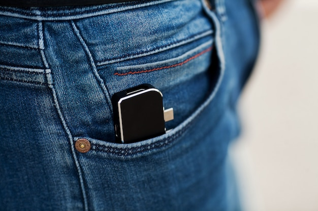 Homme tenant un mini adaptateur pour ordinateurs portables et mémoire flash Photo Premium