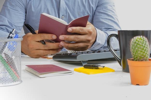 Homme tenant un passeport dans sa main et plan de voyage pour se détendre en vacances. Photo Premium