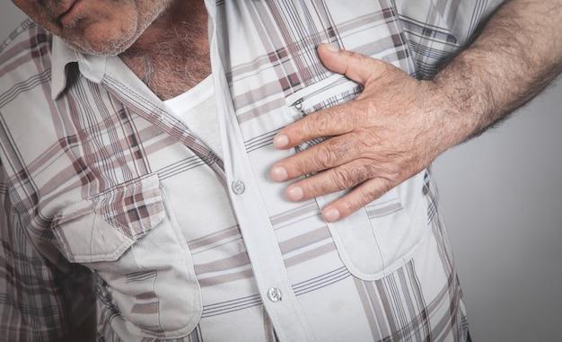 Homme Tenant Sa Poitrine Souffrant D'une Crise Cardiaque Santé Et Médecine Photo Premium