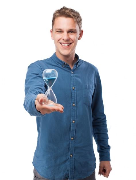 Homme tenant un sablier Photo gratuit