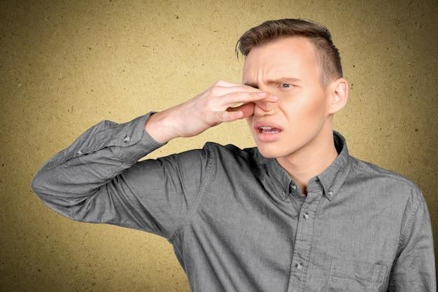 Homme Tenant Son Nez Contre Une Mauvaise Odeur Photo Premium