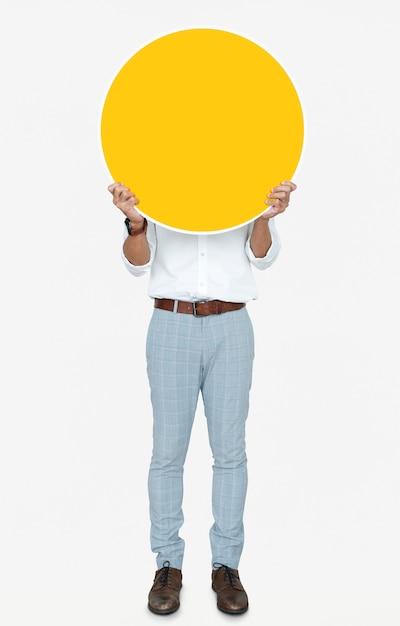 Homme tenant un tableau jaune rond Photo Premium