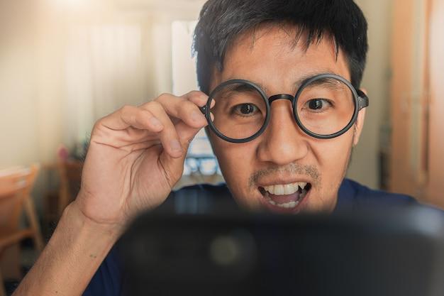 Homme tenant la tablette sur fond de ville floue pour e-shopping marketing numérique, image de consommateur achat shopping internet en ligne Photo Premium