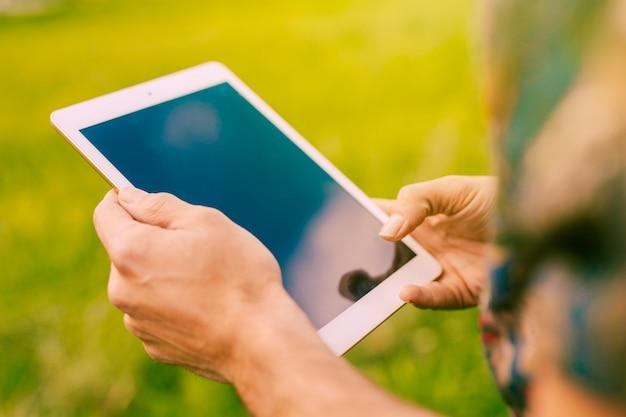 Homme tenant une tablette en milieu rural Photo gratuit
