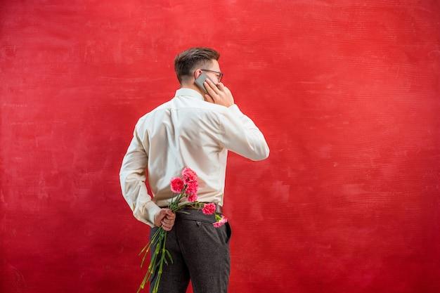 Homme, Tenue, Bouquet, Oeillets, Derrière, Dos Photo gratuit