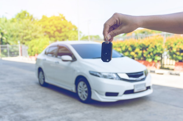 Homme, tenue, clés voiture, voiture Photo Premium