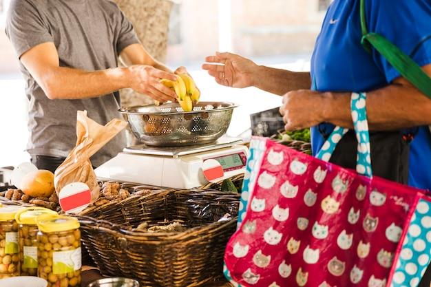 Homme, tenue, sac, achat, bananes, vendeur fruit, marché Photo gratuit