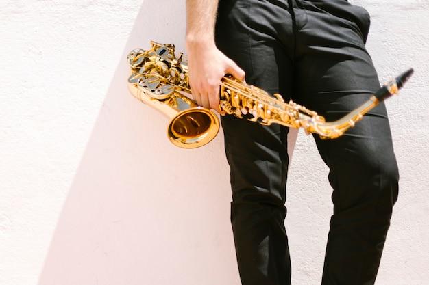 Homme, tenue, saxophone Photo gratuit